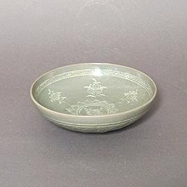 青磁象嵌花文鉢