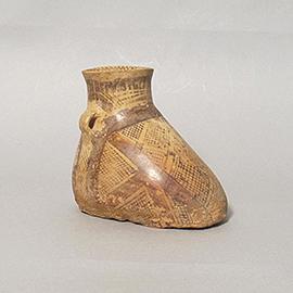 彩陶靴形双耳壺